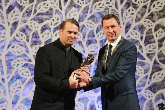 Už mokslą, tikėjimą ir saugomą gyvybę Šv.Kristoforo statulėle apdovanotas kunigas, profesorius Andrius Narbekovas.