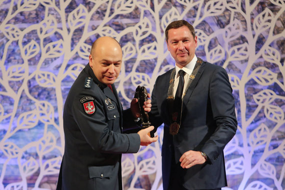 Už saugesnį Vilnių Šv.Kristoforo statulėle apdovanotas Vilniaus apskrities VPK viršininkas Kęstutis Lančinskas.