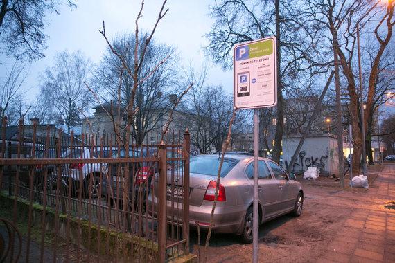 Juliaus Kalinsko / 15min nuotr./Vilniaus Pušų g. namo gyventojai liko be stovėjimo vietų mašinoms
