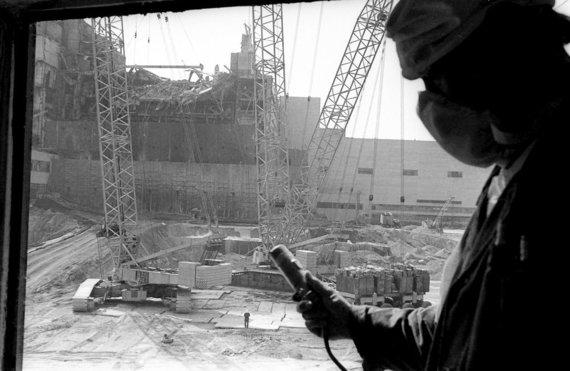 """AP/""""Scanpix"""" nuotr./Darbininkas matuoja radiacijos lygi prie Černobylio atominės elektrinės (1986 m. gegužės 12 d.)"""