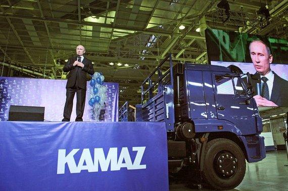 """AP/""""Scanpix"""" nuotr./Vladimiras Putinas ne kartą pozavo prie """"Kamaz"""" sunkvežimių"""