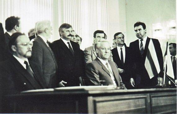 Asmeninio archyvo nuotr./Vytautas Landsbergis (kairėje) ir Borisas Jelcinas (centre)