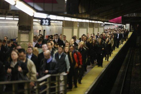 """AFP/""""Scanpix"""" nuotr./Žmonės Niujorko metro stotelėje piko metu"""
