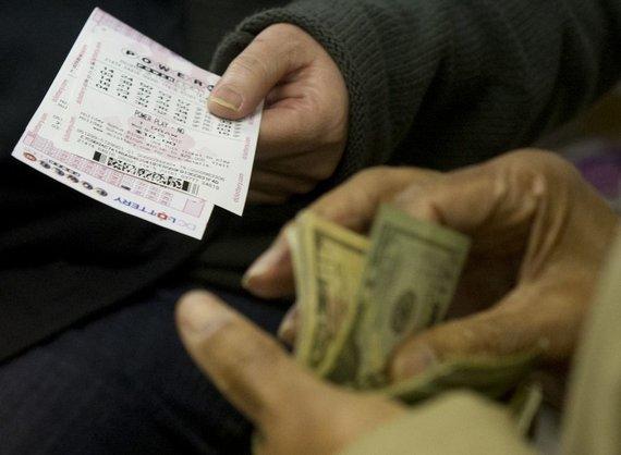 """AFP/""""Scanpix"""" nuotr./Perkami """"PowerBall"""" loterijos bilietai"""