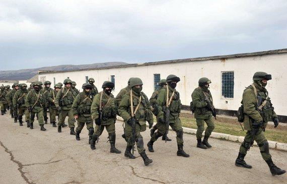 """Reuters""/""Scanpix"" nuotr./Rusijos kariai netoli Simferopolio"
