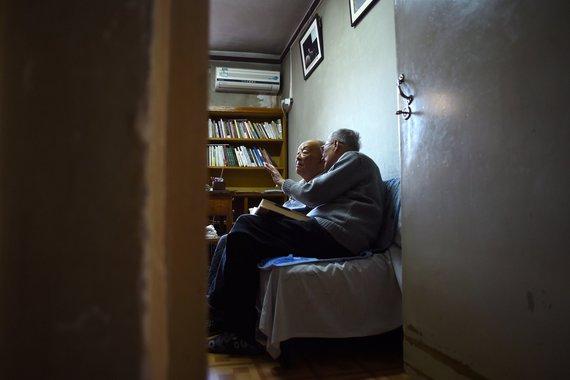 """AFP/""""Scanpix"""" nuotr./Zhou Youguangas su sūnumi Zhou Xiaopingu"""