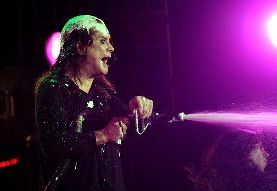 """AFP/""""Scanpix"""" nuotr./Ozzy Osbourne'as žiūrovus """"laistė"""" putomis"""