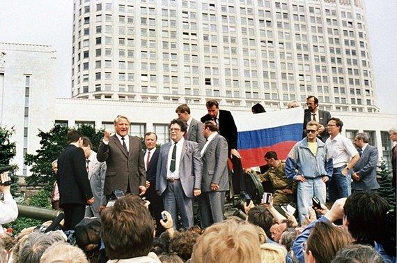 """AFP/""""Scanpix"""" nuotr./Prie Rusijos Baltūjų rūmų ant tanko užsilipęs Borisas Jelcinas sako kalbą (1991 m. rugpjūčio 19 d.)."""