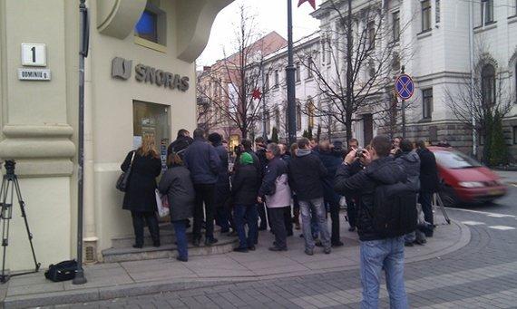 """Juliaus Kalinsko / 15min nuotr./Žmonės laukia eilėje prie """"Snoro"""" banko Gedimino prospekte."""