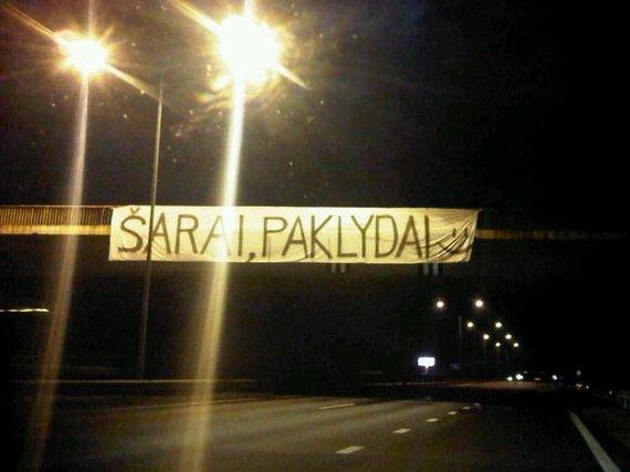 """Krepšinio Širdis/Plakatas """"Šarai, paklydai"""" ant Rumšiškių tilto sparčiai paplito interneto platybėse"""