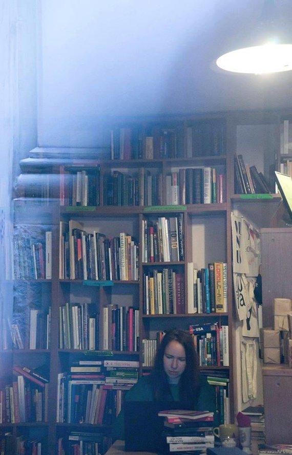 """Dalios Mikonytės nuotr./Aušra Kaziliūnaitė viename mėgstamiausių savo Vilniaus knygynų """"Mint Vinetu"""""""