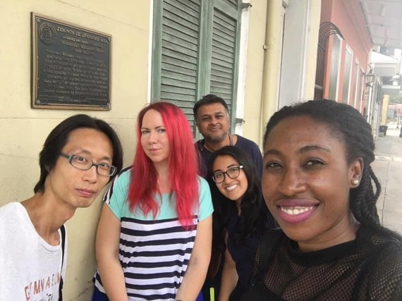 Asmenino archyvo nuotr./Aušra Kaziliūnaitė su draugais rašytojais prie W.Faulknerio namo Naujajame Orleane
