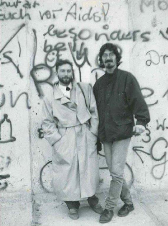 Asmeninio archyvo nuotr./Vladimiras Simonko stebėjo Berlyno sienos griovimą