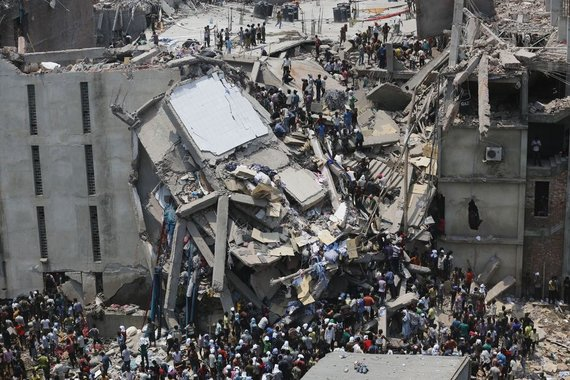 Bangladeše sugriuvo fabrikas