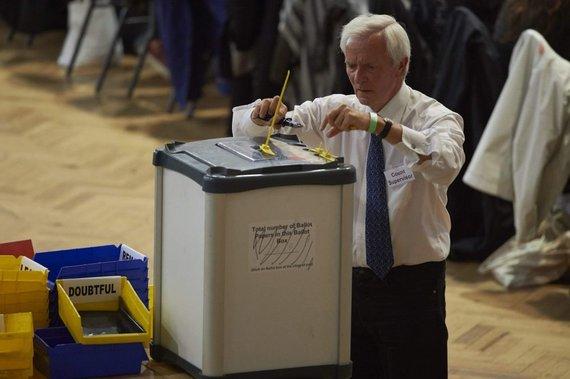 "AFP/""Scanpix"" nuotr./Skaičuojami referendumo balsai"