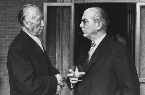 """""""Scanpix"""" nuotr./Hansas Globke (dešinėje) ir tuometinis Vokietijos kancleris Konradas Adenaueris 1963 metais"""