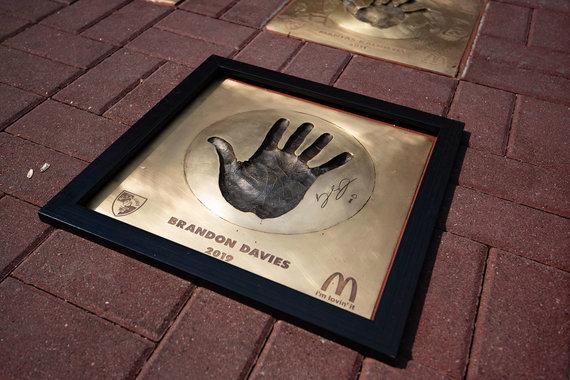 """Zalgiris.lt nuotr./""""McDonald's žvaigždžių alėjoje"""" Kaune atidengtas Brandono Davieso delno įspaudas"""