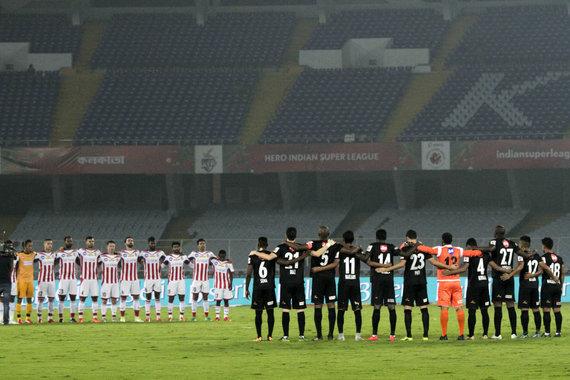 """Scanpix"" nuotr./""North East United"" ir ""Atletico de Kolkata"" komandos prieš Indijos Superlygos rungtynes D.Astori pagerbė tylos minute"