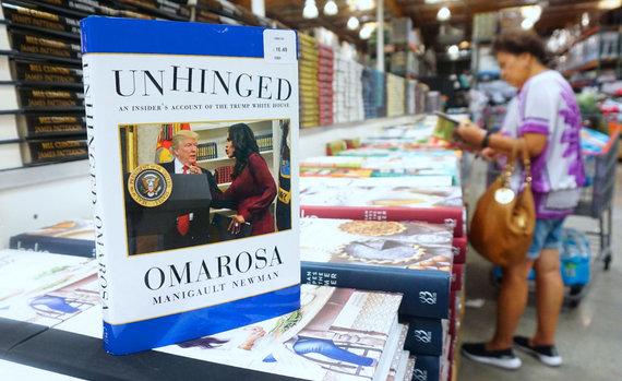 "AFP/""Scanpix"" nuotr./Omarosos Manigault-Newman knyga ""Unhinged"""
