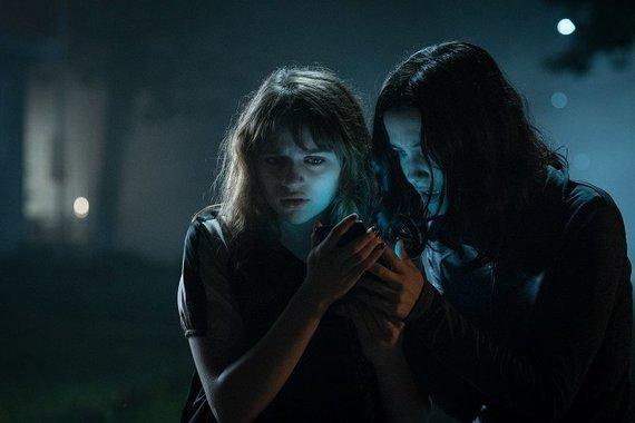 "Kadras iš filmo/Joey King ir Julia Goldani Telles filme ""Slendermenas"""