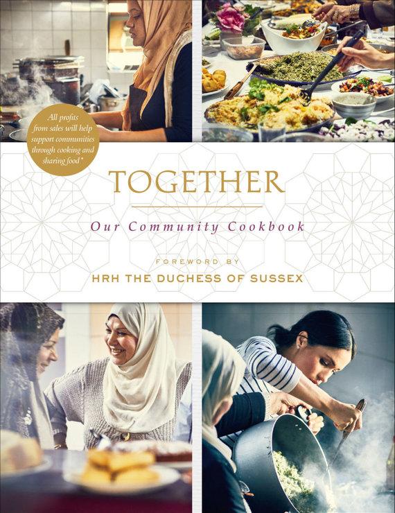"""""""Reuters""""/""""Scanpix"""" nuotr./Receptų knyga """"Together: Our Community Cookbook"""", prie kurios kūrimo prisidėjo ir Sasekso hercogienė Meghan"""