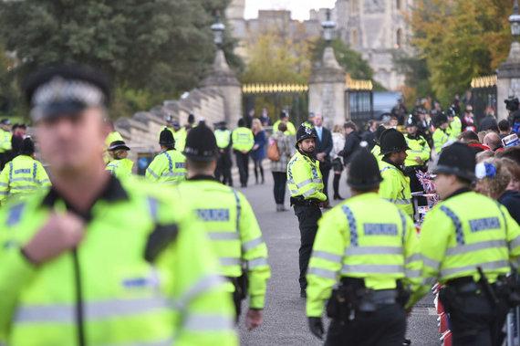 """Scanpix""/""PA Wire""/""Press Association Images"" nuotr./Policijos pareigūnai prie Vindzoro pilies"