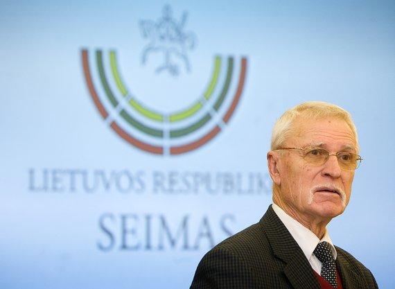 Seimo nuotr./Dailininkas Arvydas Každailis (fone – jo skurtas Seimo logotipas)