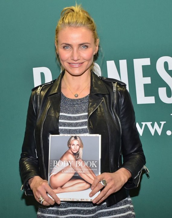 """Scanpix""/""Sipa Press"" nuotr./Cameron Diaz ir jos knyga ""The Body Book"""