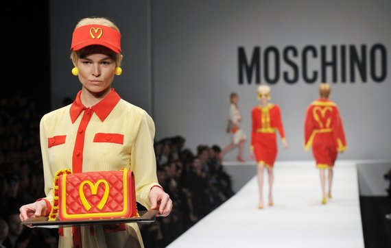 """AFP/""""Scanpix"""" nuotr./""""Moschino"""" kolekcijos pristatymas"""
