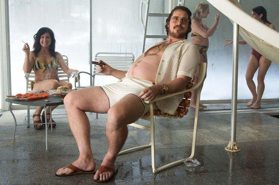 """Kadras iš filmo """"Amerikietiška afera""""/Christianas Bale'as"""