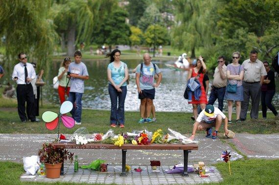"""""""Reuters""""/""""Scanpix"""" nuotr./Robino Williamso gerbėjai Bostono parke prie suoliuko, ant kurio jis filmavosi juostoje """"Gerasis Vilas Hantingas"""""""