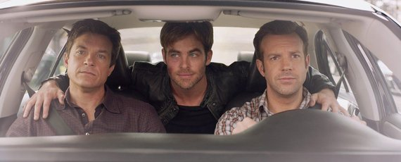 """""""ACME Film"""" archyvo nuotr./Jasonas Batemanas, Chrisas Pine'as ir Jasonas Sudeikis komedijoje """"Kaip atsikratyti boso 2"""""""