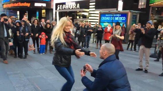 Kadras iš vaizdo įrašo/Seanas Murdochas ir Charissa Ferguson