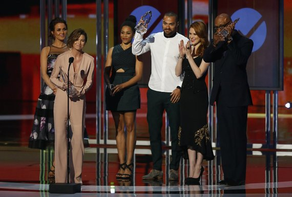 """Reuters""/""Scanpix"" nuotr./Ellen Pompeo atsiima apdovanojimą"