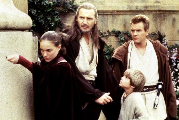 """Vida Press nuotr./Natalie Portman, Liamas Neesonas,Ewanas McGregoras ir Jake'as Lloydas filme """"Žvaigždžių karai: epizodas I. Pavojaus šešėlis"""" (1999 m.)"""