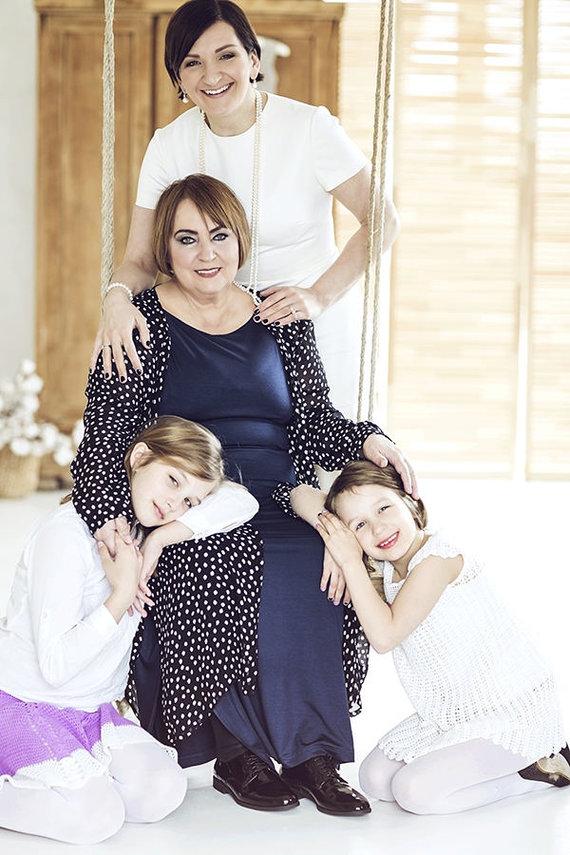 Akvilės Razauskienės nuotr./Austėja Landsbergienė su mama ir dukromis