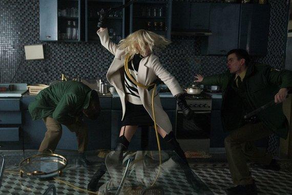 """Kadras iš filmo/Charlize Theron filme """"Atominė blondinė"""""""