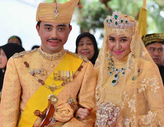 """""""Reuters""""/""""Scanpix"""" nuotr./Brunėjaus princas Abdula Malikas ir jo žmona Dayangku Raabi'atul 'Adawiyyah Pengiran Haji Bolkiah (2015 m.)"""