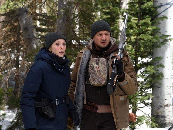 "Kadras iš filmo/Elizabeth Olsen ir Jeremy Renneris filme ""Vėjų upė"""