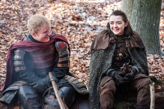 """HBO nuotr./Edas Sheeranas ir Maisie Williams seriale """"Sostų karai"""""""