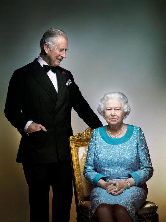 """Reuters""/""Scanpix"" nuotr./Karalienė Elizabeth II su sūnumi princu Charlesu (2016 m.)"