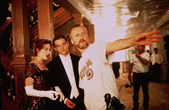 """Vida Press nuotr./Kate Winslet, Leonardo DiCaprio ir Jamesas Cameronas filmuojant """"Titaniką"""" (1997 m.)"""