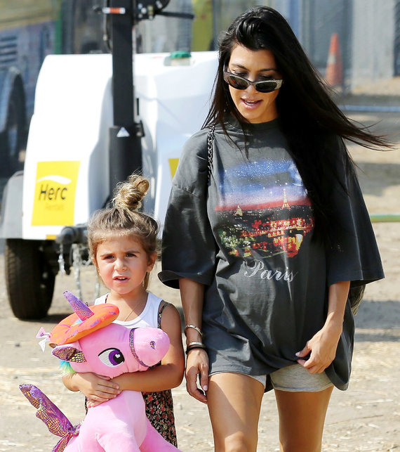 Vida Press nuotr./Kourtney Kardashian su dukra Penelope Scotland