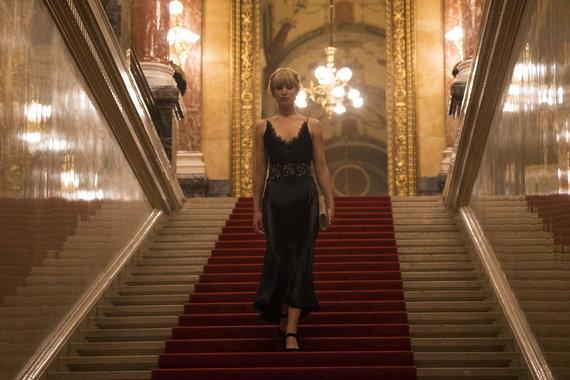 """Kadras iš filmo/Jennifer Lawrence trileryje """"Raudonasis Žvirblis"""""""