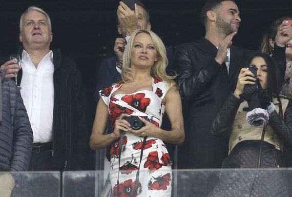"""""""Scanpix"""" nuotr./Pamela Anderson stebi futbolo varžybas, kuriose žaidžia jos mylimasis Adilas Rami"""