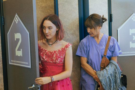 """Kadras iš filmo/Saoirse Ronan filme """"Lady Bird"""""""