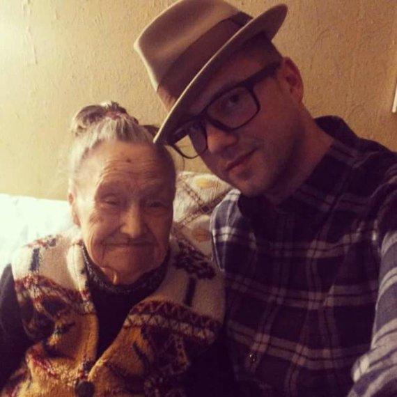 Asmeninio albumo nuotr./Sasha Song su močiute