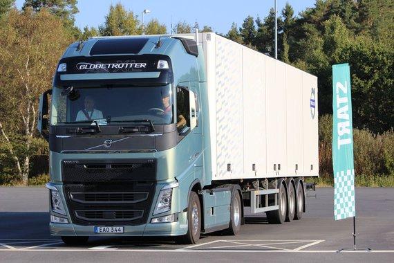 """""""Volvo Trucks"""" nuotr./23 dalyviai burtų keliu buvo suskirstyti į tris grupes ir važiavo su """"Volvo FH"""" vilkikais"""