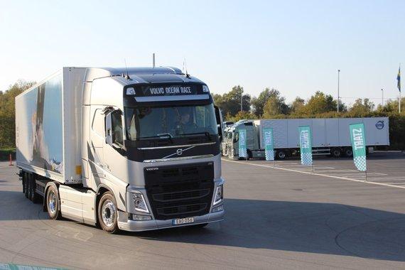 """""""Volvo Trucks"""" nuotr./3 geriausi finalo dalyviai važiavo """"Volvo Ocean Race Limited"""" serijos """"Volvo FH"""" 500 AG vilkiku su puspriekabe"""