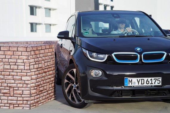 """Be žmogaus įsikišimo galintis įsiparkuoti """"BMW i3"""""""